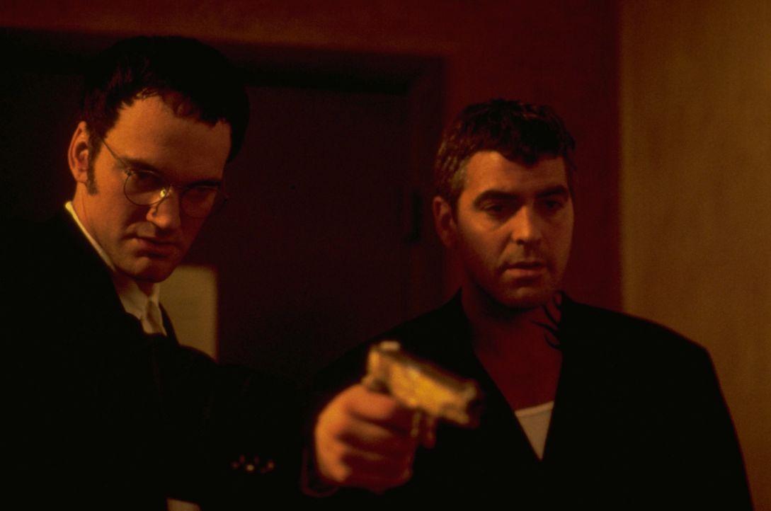 Die beiden Bankräuber Richard (Quentin Tarantino, l.) und Seth Gecko (George Clooney, r.) sind auf der Flucht in Richtung Mexiko, doch auf dem Weg d... - Bildquelle: 1995 Miramax, LLC . All Rights Reserved.