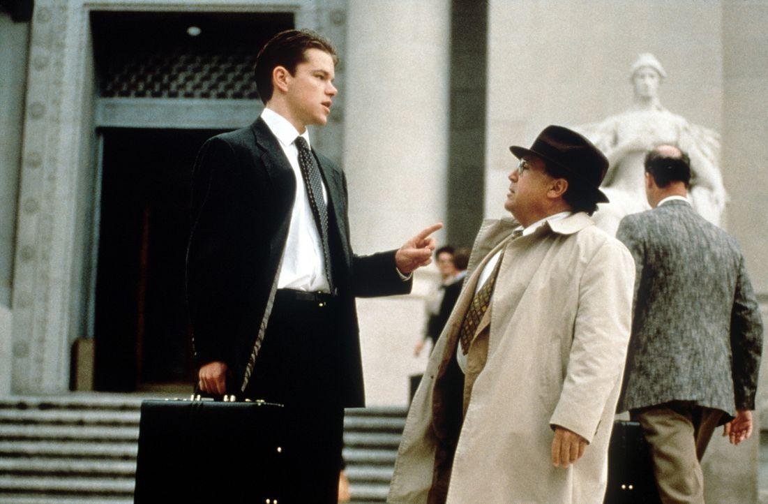 Rudy Baylor (Matt Damon, l.) und Deck Schifflet (Danny De Vito, r.) können die finsteren Machenschaften der Versicherung aufdecken ... - Bildquelle: Paramount Pictures