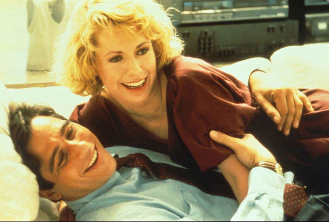 TV-Manager Doug Simpson (Tony Danza, l.) hat kaum noch  Zeit für seine Freundin Janet (Catherine Hicks, r.). Er glaubt, seiner Tochter nachspioniere... - Bildquelle: Columbia Pictures