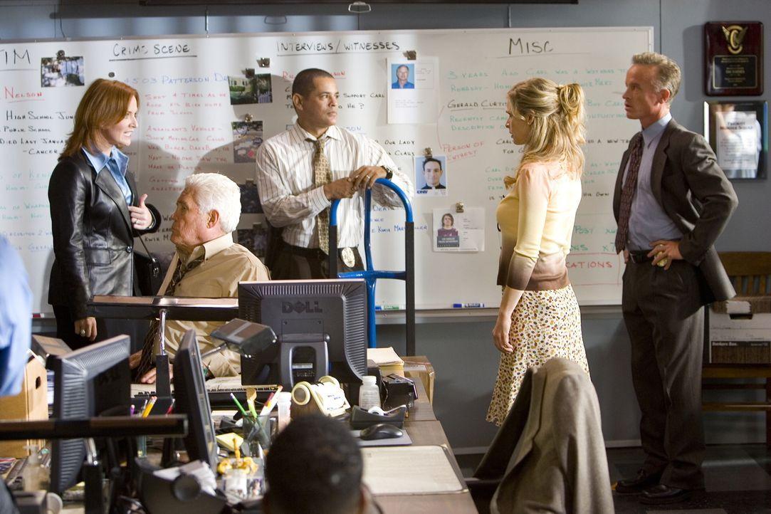 Während Louie (G.W. Bailey, 2.v.l.), Julio (Raymond Cruz, M.), Brenda (Kyra Sedgwick, 2.v.r.) und Detectiv Ross (Conan McCarty, r.) in einem neuen F... - Bildquelle: Warner Brothers