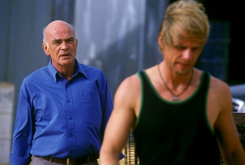 George Bickham (Peer Jäger, l.) versucht immer wieder, seinen Sohn Kyle (Julian Weigend, r.) auf seine Seite zu ziehen. - Bildquelle: Megan Lewis Sat.1