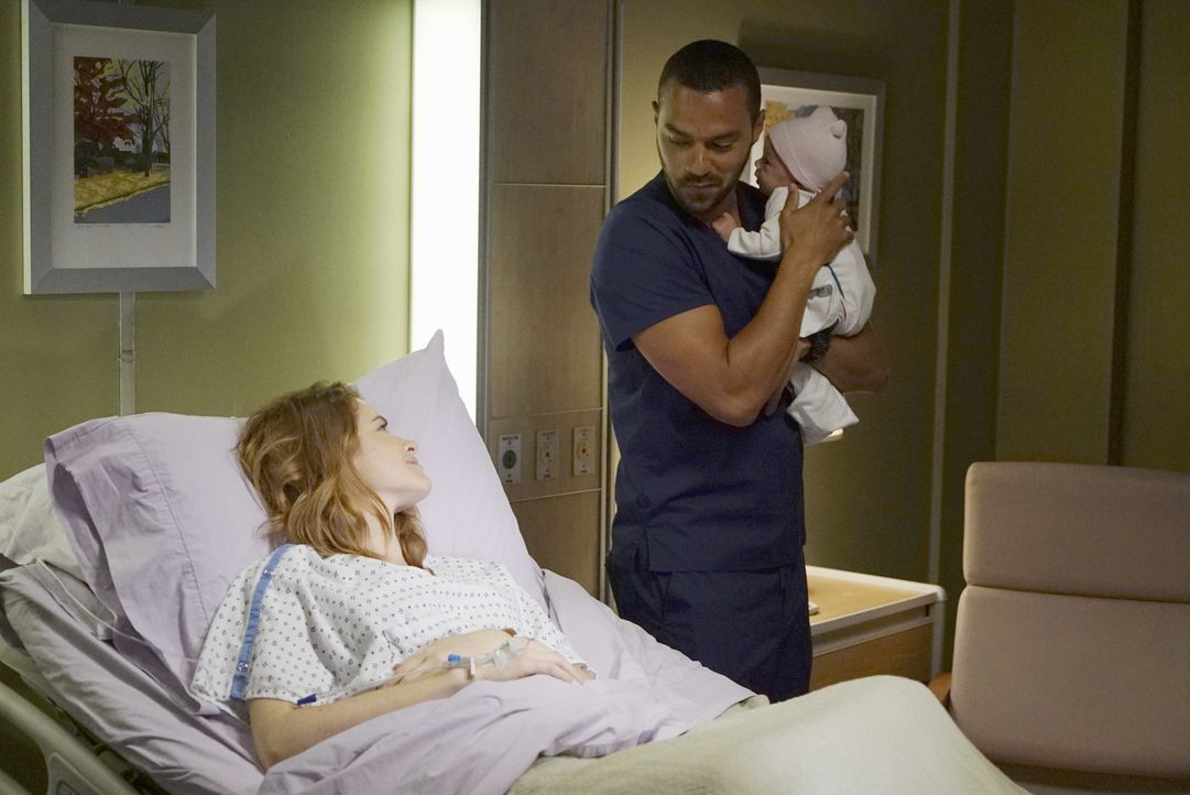 Während es zwischen Catherine und April (Sarah Drew, l.) zu einem Interessenkonflikt wegen des Babys kommt, versucht Jackson (Jesse Williams, M.) al... - Bildquelle: Eric McCandless 2016 American Broadcasting Companies, Inc. All rights reserved.