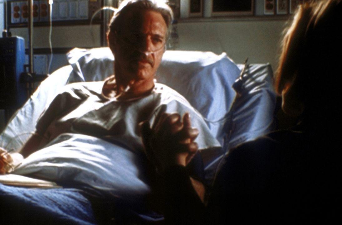 Scully (Gillian Anderson, r.) will alles unternehmen, um das Leben ihres schwer kranken ehemaligen Lehrers Dr. Daniel Waterston (Nicolas Surovy, l.)... - Bildquelle: TM +   2000 Twentieth Century Fox Film Corporation. All Rights Reserved.