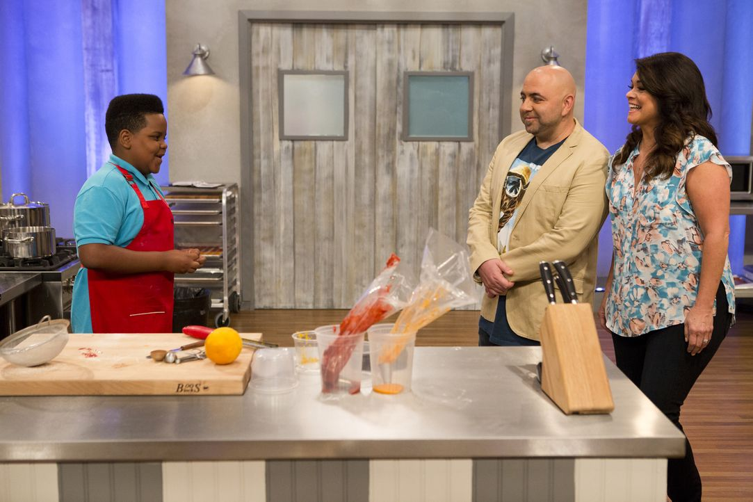 Duff Goldman (M.) und Valerie Bertinelli (r.) sind sehr gespannt, wie hoch und wie schön Alex (l.) seine selbst gebackenen Makronen stapeln kann ... - Bildquelle: Adam Rose 2015, Television Food Network, G.P.  All Rights Reserved.