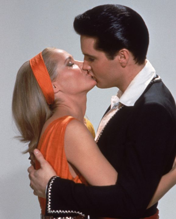 Die Liebschaft zwischen der Hotelmanager-Tochter Marguerita (Ursula Andress, l.) und Mike Windgren (Elvis Presley, r.) sorgt für gefährliche Strei... - Bildquelle: TM & Copyright   2003 by Paramount Pictures Corporation. All Rights Reserved.