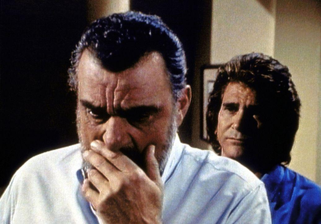 Mark (Victor French, l.) gesteht Jonathan (Michael Landon, r.) seine  Zweifel daran, ob er der Lage überhaupt gewachsen ist. - Bildquelle: Worldvision Enterprises, Inc.