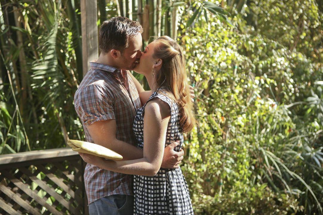 Für ihr Date suchen George (Scott Porter, l.) und AnnaBeth (Kaitlyn Black, r.) den perfekten Ort, der nicht schon von alten Erinnerungen behaftet is... - Bildquelle: 2014 Warner Brothers