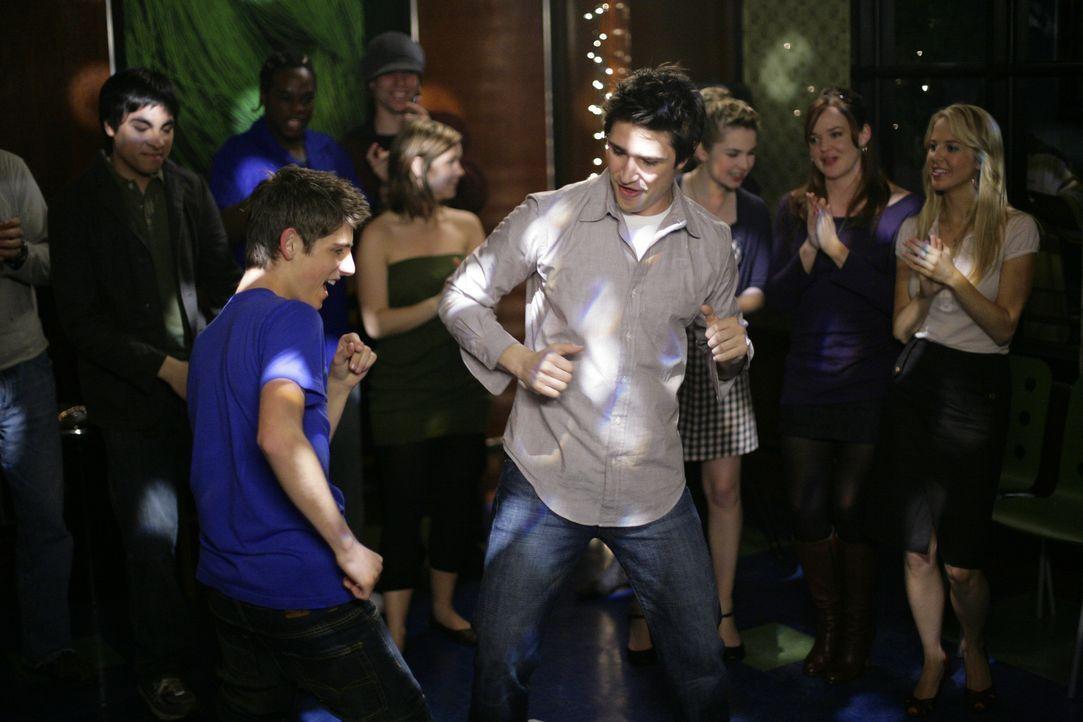 Die Mädchen sind von den Tanzkünsten der Jungs beeindruckt: Josh (Jean-Luc Bilodeau, l.) und Kyle (Matt Dallas, r.) wissen auch ganz genau, wie si... - Bildquelle: TOUCHSTONE TELEVISION