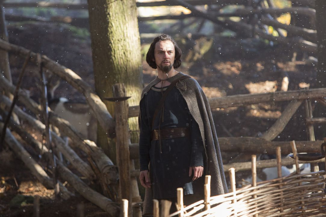 Ein innerer Glaubenskampf: Gemeinsam mit den Wikingern begibt sich auch Mönch Athelstan (George Blagden) auf eine Pilgerwanderung zum Tempel von Upp... - Bildquelle: 2013 TM TELEVISION PRODUCTIONS LIMITED/T5 VIKINGS PRODUCTIONS INC. ALL RIGHTS RESERVED.