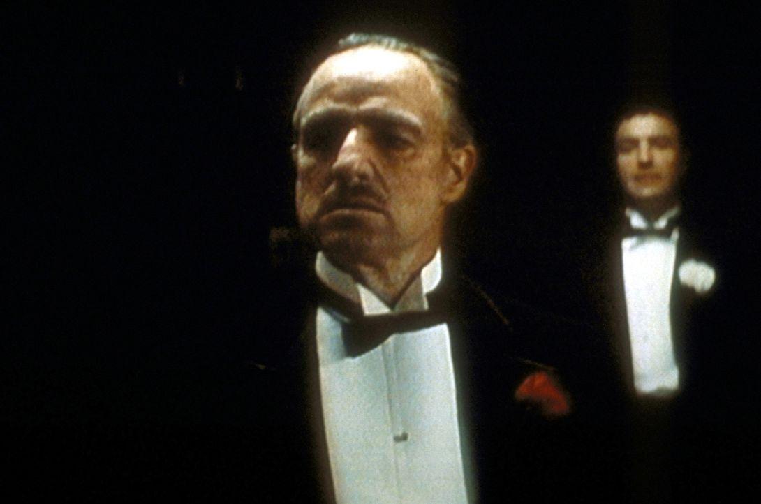 Vito Corleone (Marlon Brando, l.) ist der unangefochtene Pate. Trotz zahlreicher Bemühungen gelingt es seinem Sohn Sonny (James Caan, r.) nicht, au... - Bildquelle: Paramount Pictures