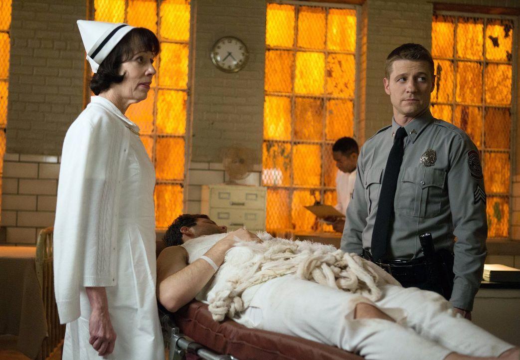 Nachdem Gordon (Ben McKenzie, r.) ins Arkham Gefängnis versetzt wurde, muss er sich gleich um seinen ersten Fall kümmern, bei dem mehrere Menschen m... - Bildquelle: Warner Bros. Entertainment, Inc.