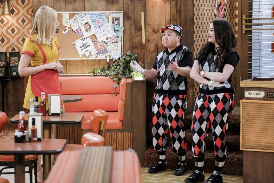 Während Caroline (Beth Behrs, l.) sich auf ihr drittes Date vorbereitet, entschließt sich Max (Kat Dennings, r.) dazu, nach der Trennung von Randy a... - Bildquelle: Warner Bros. Television