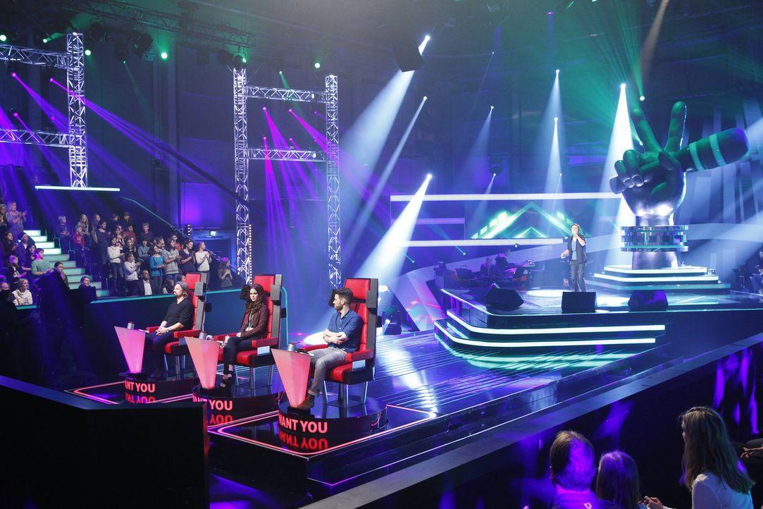 """In vier """"Blind Auditions"""" präsentieren sich die jungen Sängerinnen und Sänger den drei Coaches: Henning Wehland (l.), Lena Meyer-Landrut (2.v.l.) un... - Bildquelle: Richard Hübner SAT.1"""