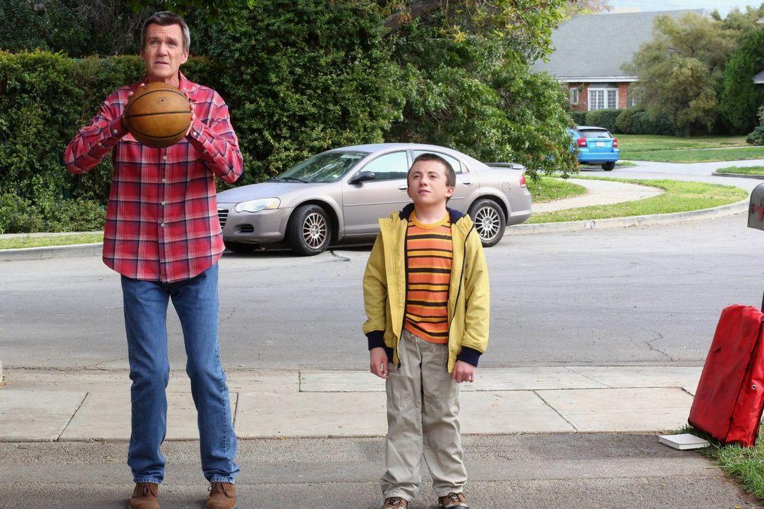 Mike (Neil Flynn, l.); Brick (Atticus Shaffer, r.) - Bildquelle: Warner Brothers