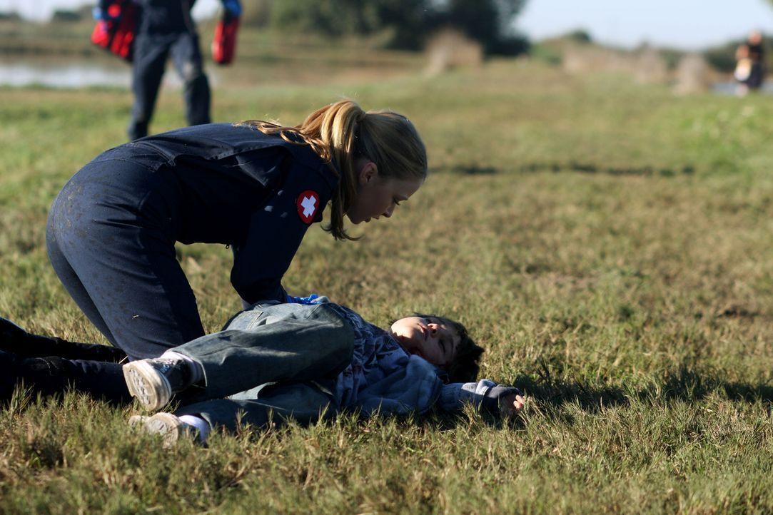 Dr. Warren (Elisabeth Harnois, l.) kann einen der wenigen Überlebenden vom Flugzeugabsturz bergen - kommt die Rettung für den Jungen zu spät? - Bildquelle: Warner Brothers