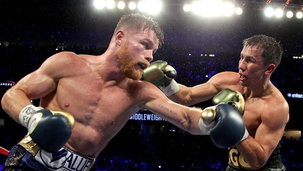 Golowkin (r.) und Alvarez boxen erneut gegeneinander - Bildquelle: AFPSIDJOHN GURZINSKI