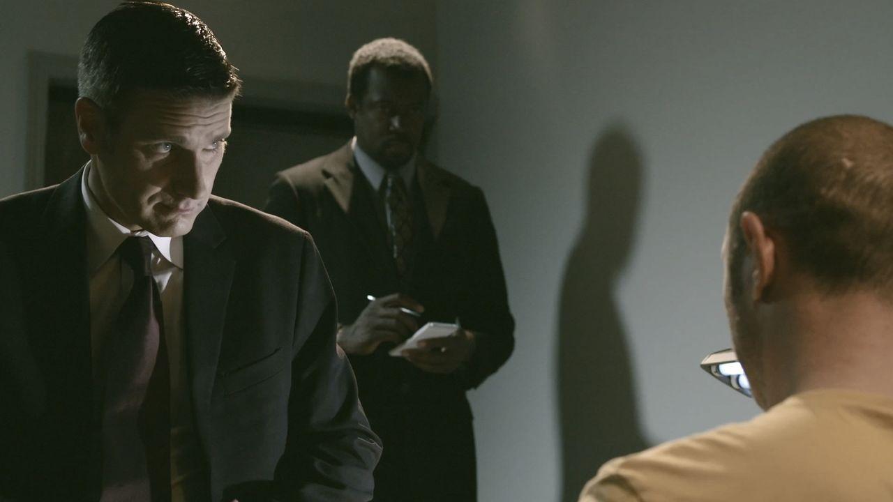 Lt. Joe Kenda (Carl Marino) befragt den Nachbarn des ermordeten Carl Hunt, der falsche Hinweise auf den Täter gegeben hatte. Warum machte er falsche... - Bildquelle: Jupiter Entertainment