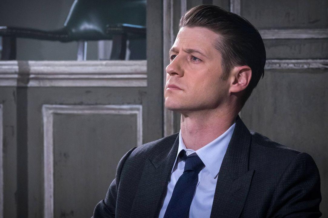 Gordon (Ben McKenzie) stößt auf eine Kristalleule, mit der man besondere Punkte auf einem Stadtplan von Gotham sichtbar machen kann ... - Bildquelle: Warner Brothers