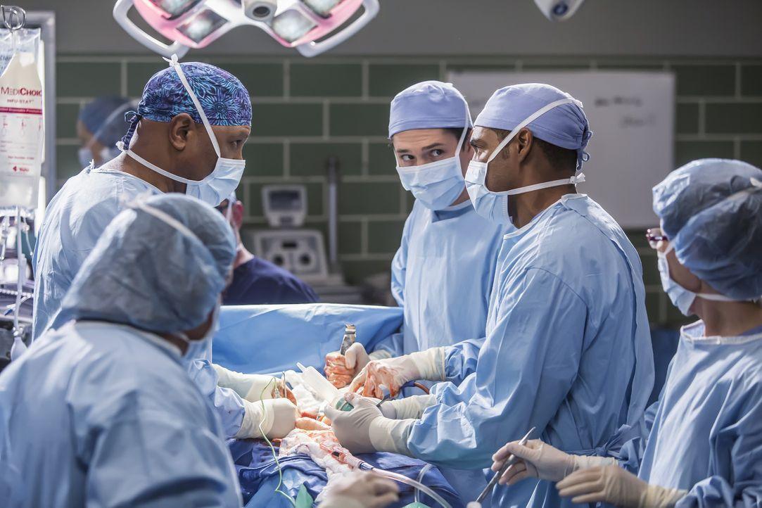 Ben (Jason George, 2.v.r.) trifft eine impulsive chirurgische Entscheidung - Bildquelle: Ron Batzdorff ABC Studios