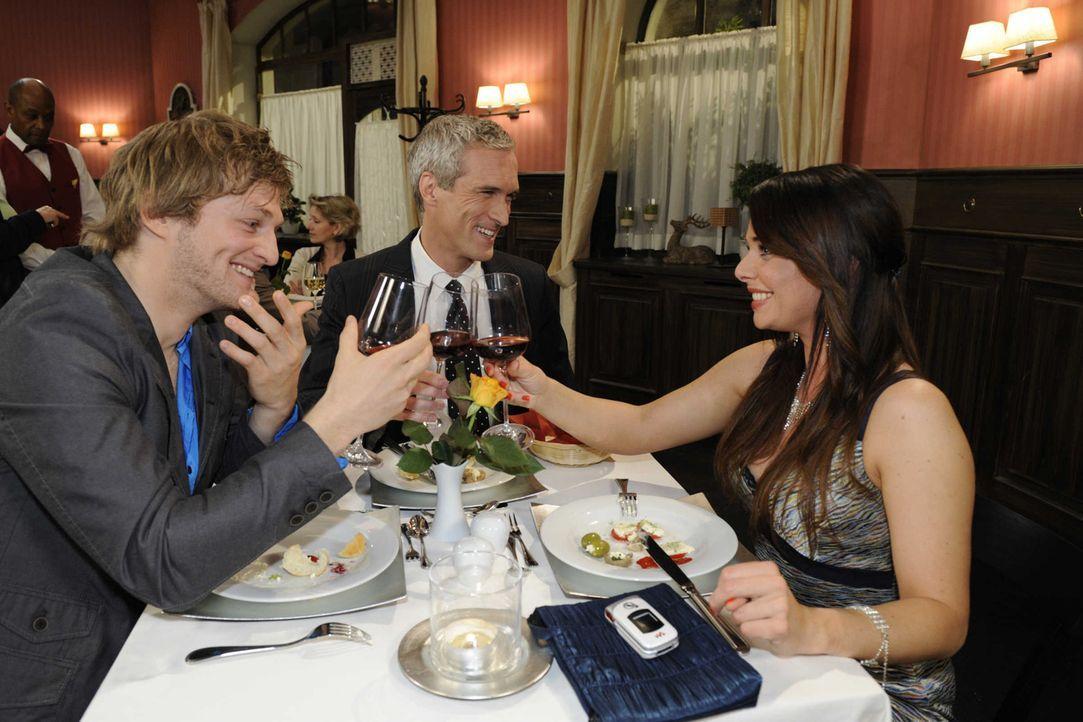 Der gemeinsame Abend verläuft besser als geplant: (v.l.n.r.) Julian (Bo Hansen), Theodor Freund (Ingo Brosch) und Paloma (Maja Maneiro) ... - Bildquelle: SAT.1