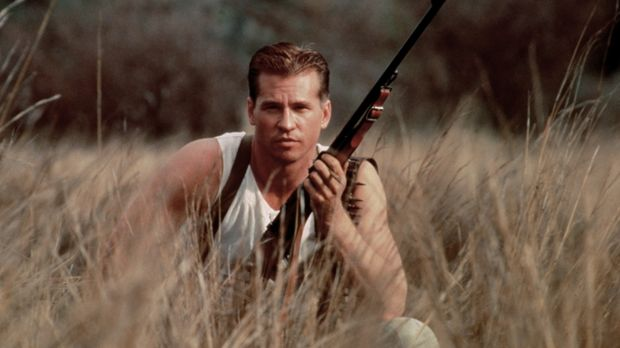 Col. John Henry Patterson (Val Kilmer) legt sich auf die Lauer, um die mensch...