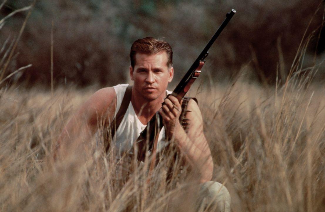 Col. John Henry Patterson (Val Kilmer) legt sich auf die Lauer, um die menschenfressenden Löwen zu erlegen. Doch er kann die vierbeinigen Killer ni... - Bildquelle: Paramount Pictures
