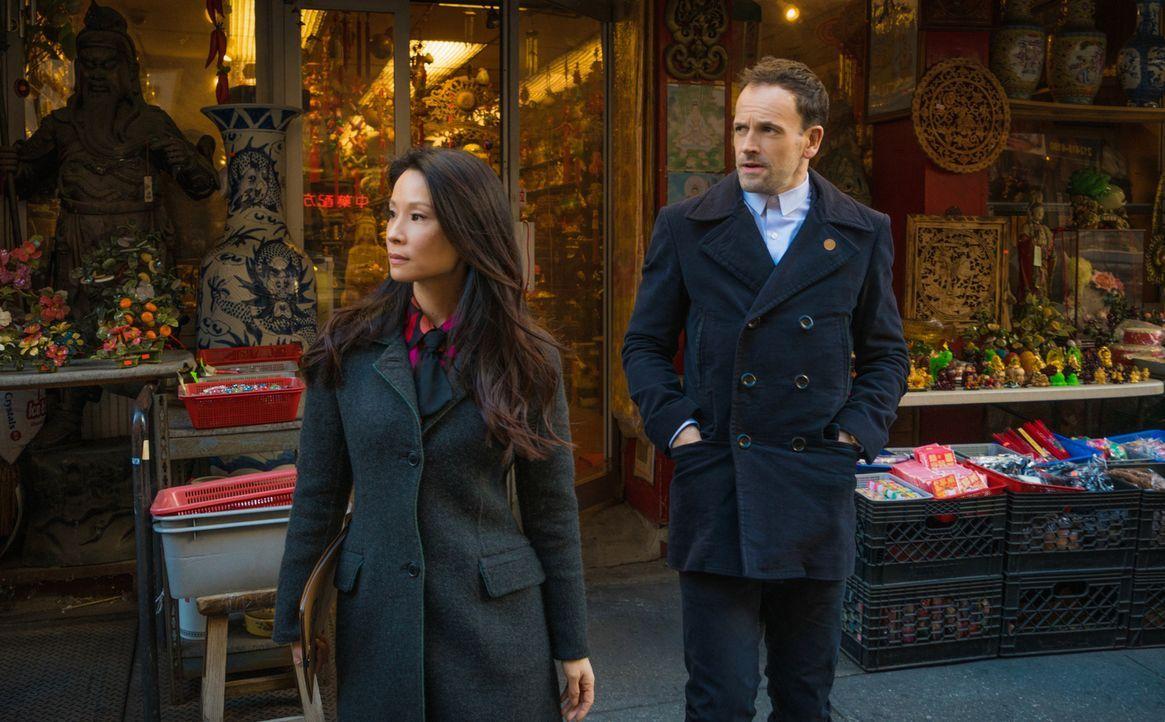 In Chinatown wartet der nächste Fall auf Sherlock Holmes (Jonny Lee Miller, r.) und Joan Watson (Lucy Liu, l.) ... - Bildquelle: Michael Parmelee 2016 CBS Broadcasting Inc. All Rights Reserved.