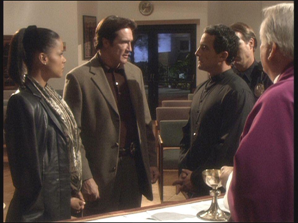 Im Kloster befragen Amanda (Victoria Rowell, l.) und Steve (Barry Van Dyke, 2.v.l.) Tatverdächtige. - Bildquelle: Viacom