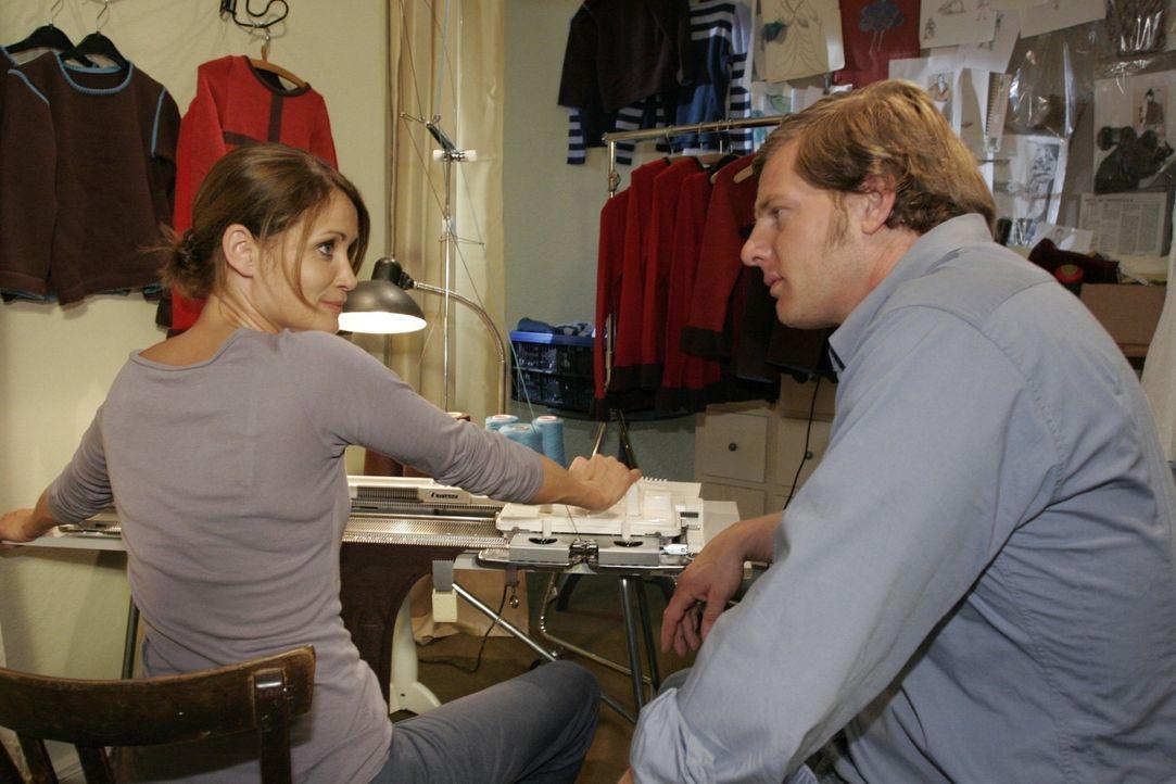 Jan (Henning Baum, r.) macht der arbeitswütigen Eva (Anja Kling, l.) klar, dass er mehr Zeit mit ihr verbringen möchte. - Bildquelle: Noreen Flynn Sat.1