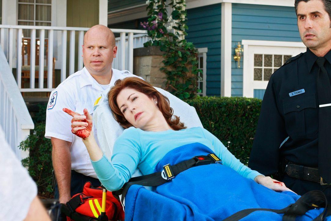 Nachdem sich Katherine (Dana Delany, M.) selbst niedergestochen hat, wird sie vom Notarzt abgeholt. Behauptet aber, dass Mike es war ... - Bildquelle: ABC Studios