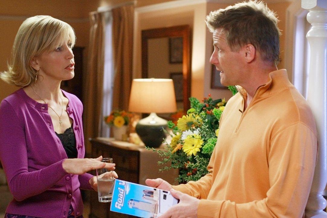 Während Gabrielle Angst hat, erneut schwanger zu sein, kommt Lynette (Felicity Huffman, l.) nicht mit der Midlifecrisis ihres Mannes (Doug Savant, r... - Bildquelle: ABC Studios