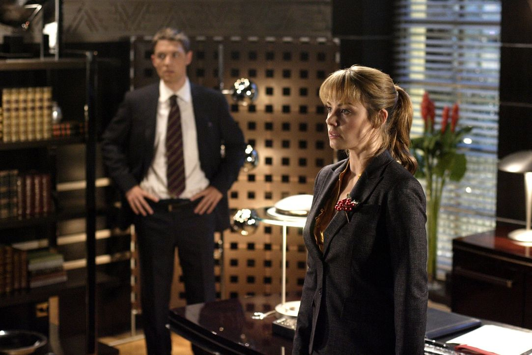Damit Lois (Erica Durance, r.) die Geschichte über Lex nicht veröffentlichen kann, bringt er deren Chefredakteur um ... - Bildquelle: Warner Bros.