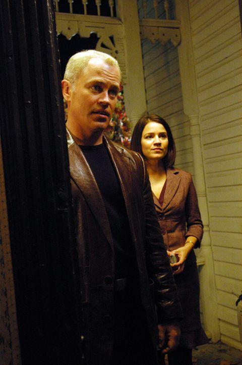 In einer Kleinstadt erkranken immer mehr Menschen und es gibt bereits drei Todesfälle. Connor (Neal McDonough, l.) und Eva (Anna Belknap, r.) gehen... - Bildquelle: CBS Television