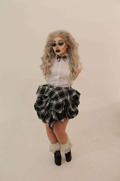 Mit ihrer Drag Queen Rolle überspielt Sophie ihr geringes Selbstwertgefühl und versteckt sich hinter dickem Make-up und großen Perücken. Außerhalb d... - Bildquelle: Licensed by Fremantle Media Enterprises Ltd.
