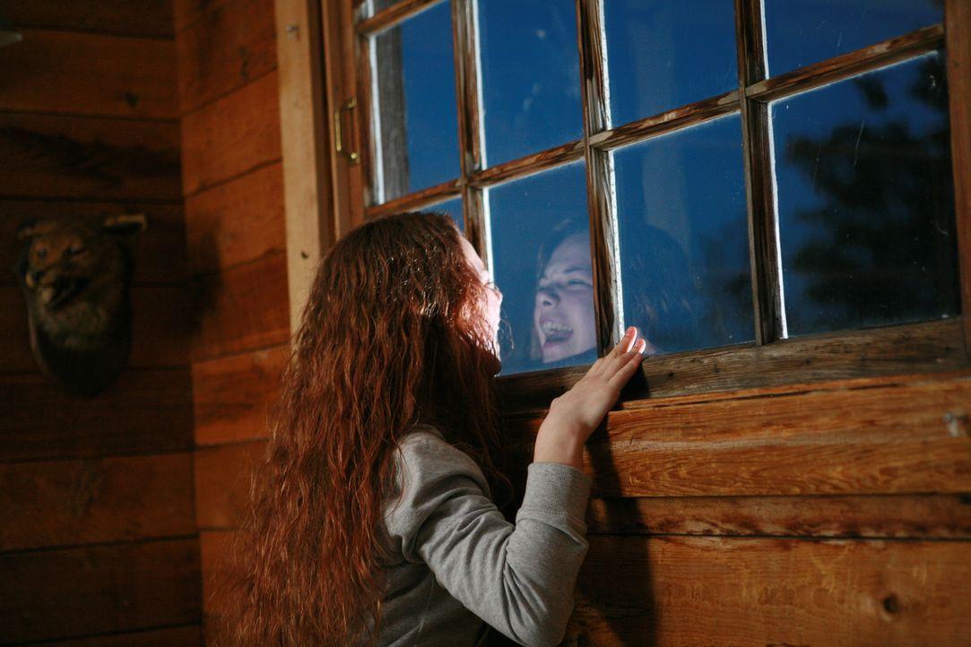 Nacht für Nacht quälen Jenny Visionen, dass der Serienkiller schon wieder ein kleines Mädchen (Caroline Ford) in seine Gewalt gebracht hat ...