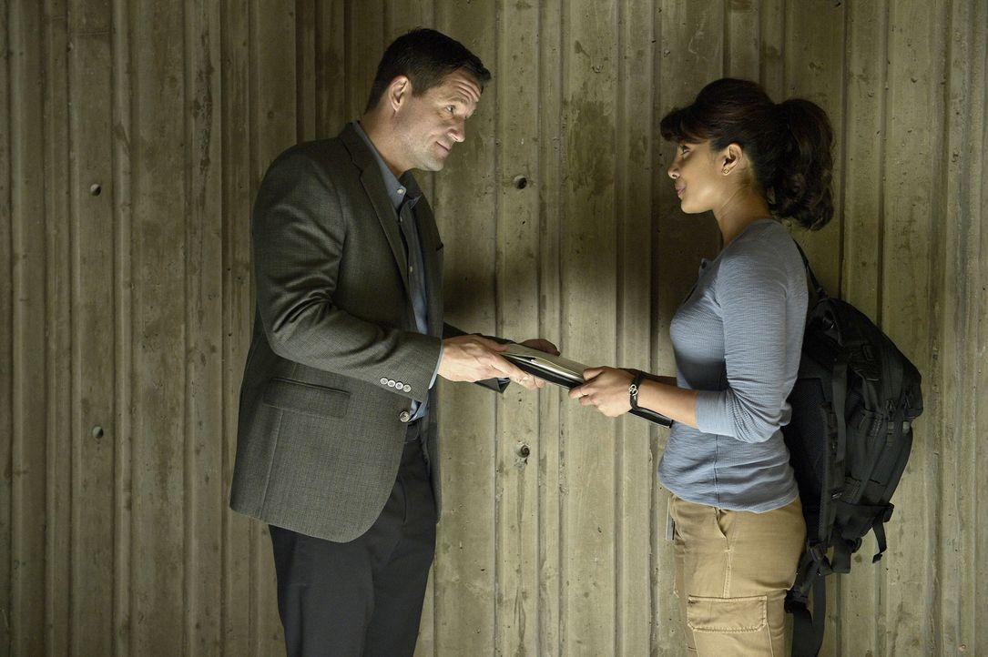 Alex (Priyanka Chopra, r.) erfährt endlich von Liam O'Connor (Josh Hopkins, l.) von der Vorgeschichte ihres Vaters ... - Bildquelle: 2015 ABC Studios