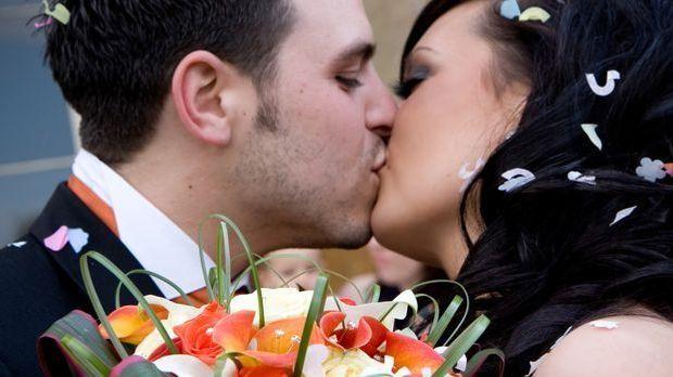 Kussbild eines Brautpaars aus Trau Dich - Den Rest erledige ich. Hier müssen...