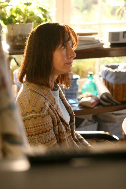 Kann sich das plötzliche Verschwinden ihres Sohnes nicht erklären: Susan Hopkins (Laurie Metcalf) - Bildquelle: Warner Bros. Entertainment Inc.