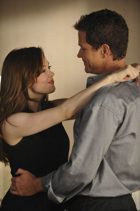 Sean (Dylan Walsh, r.) ahnt nicht, was Teddy (Rose McGowan, l.) alles vor hat ... - Bildquelle: Warner Bros. Entertainment Inc. All Rights Reserved.