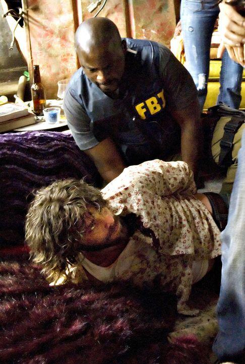 Während sich Charlie große Sorgen um seine Freundin Amita macht, ist David (Alimi Ballard, hinten) bereits dabei, ihren Entführer Mason Duryea (Jame... - Bildquelle: Paramount Network Television