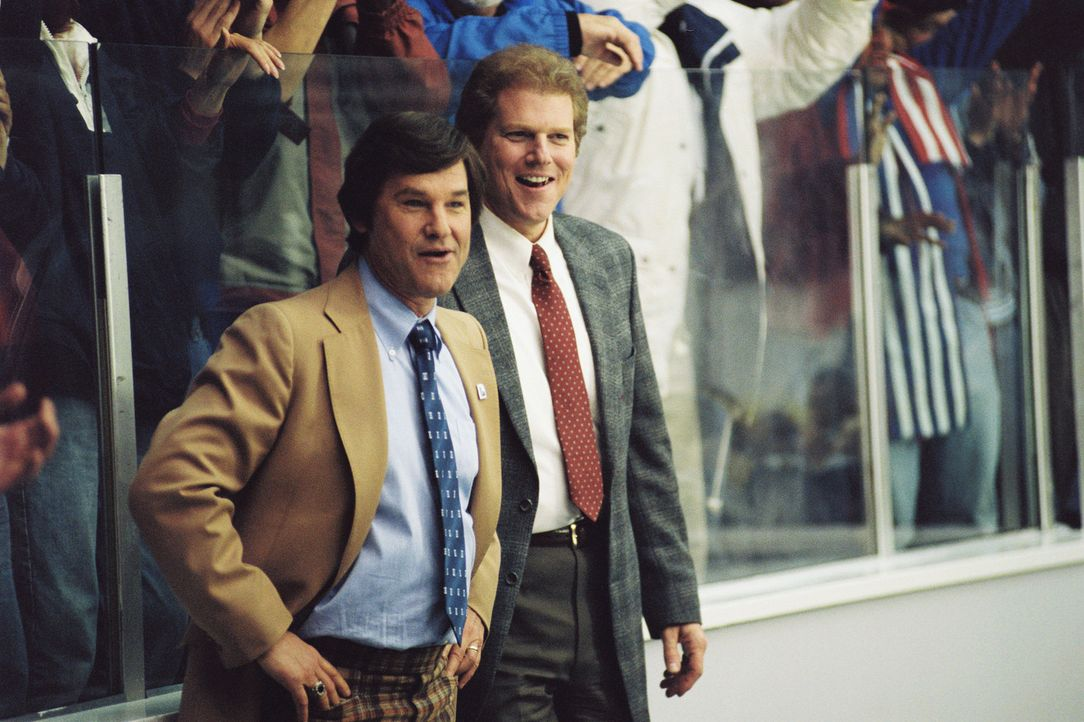 Eishockey-Trainer Herb Brooks (Kurt Russell, l.) drillt einen Trupp unerfahrener College-Spieler auf unorthodoxe Weise zu Olympia-Siegern ... - Bildquelle: Disney Enterprises, Inc. All rights reserved
