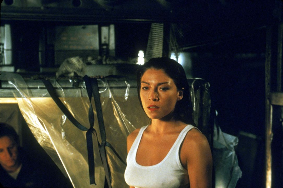 Auf wessen Seite steht die hübsche Elena Rivera (Liz May Brice)? - Bildquelle: Sony Pictures Television International. All Rights Reserved.