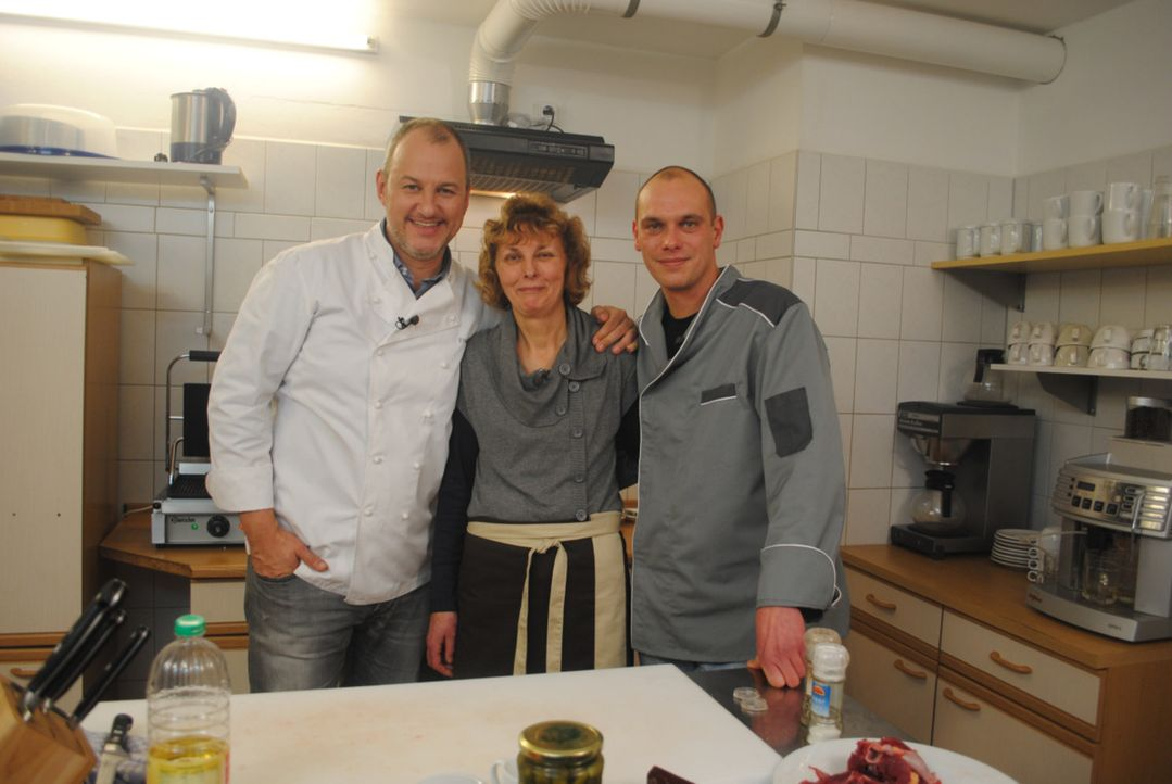 Kann Frank Rosin (l.) Doris (M.) und ihrem Sohn Enrico (r.) aus der Klemme helfen? - Bildquelle: kabel eins