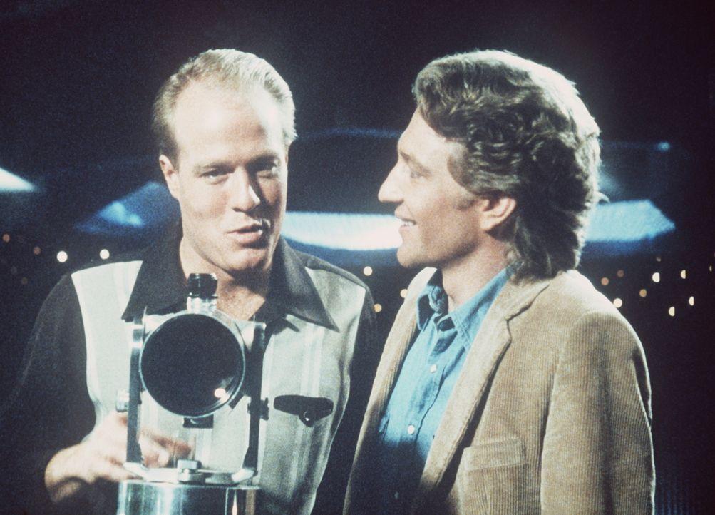 Sam (Gregg Henry, l.) zeigt Jake (Crag Wasson, r.) seine Wohnung - und das fatale Fernrohr ... - Bildquelle: Columbia Pictures