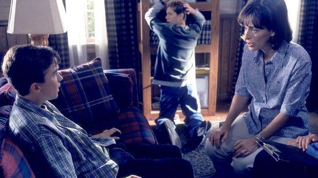 Malcolm (Frankie Muniz, l.) und Reese (Justin Berfield, M.) hören sich an, wa...