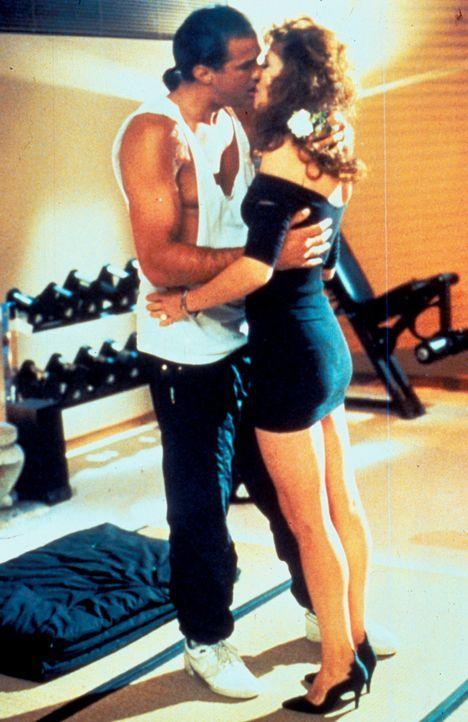 Aus dem Koma erwacht, verliebt sich der Cop Mason Storm (Steven Seagal, l.) in die attraktive Krankenschwester Andy (Kelly LeBrock, r.) ... - Bildquelle: Warner Bros.