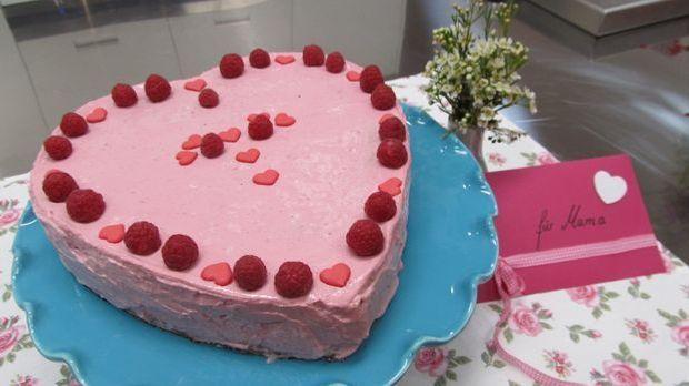 Mit Enies Mutti-Frutti-Torte aus Rührteig und einer Himbeer-Quark-Creme macht...