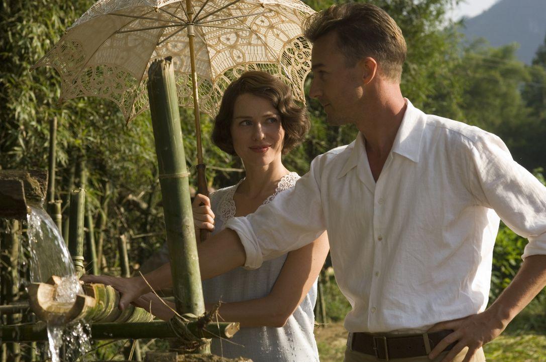 Ein Forschungsprojekt verschlägt Walter (Edward Norton, r.) und Kitty (Naomi Watts, l.) nach China, wo Kitty den attraktiven Charlie Townsend kenne... - Bildquelle: 2006 Yari Film Group Releasing, LLC. All Rights Reserved.