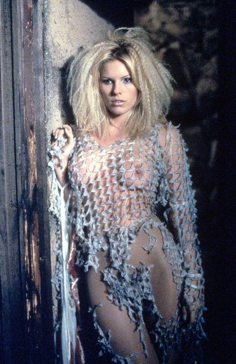 Niemand ahnt, dass die Hexe (Layla Roberts) ein schreckliches Geheimnis wahrt: Sie ist die Mutter des Monsters ... - Bildquelle: Kinowelt Filmverleih