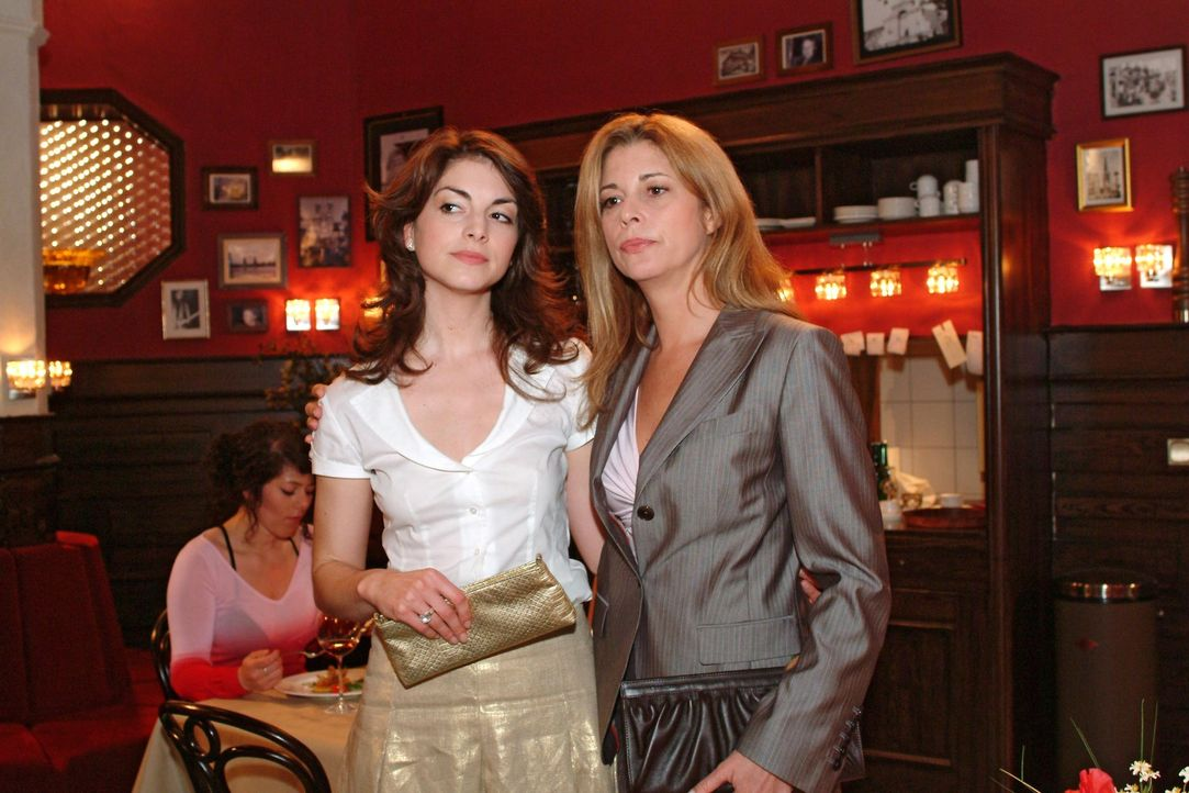 Mariella (Bianca Hein, l.) gibt Laura (Olivia Pascal, r.) zu verstehen, dass sie und Friedrich noch einmal eine zweite Chance für ihre Beziehung bek... - Bildquelle: Monika Schürle Sat.1
